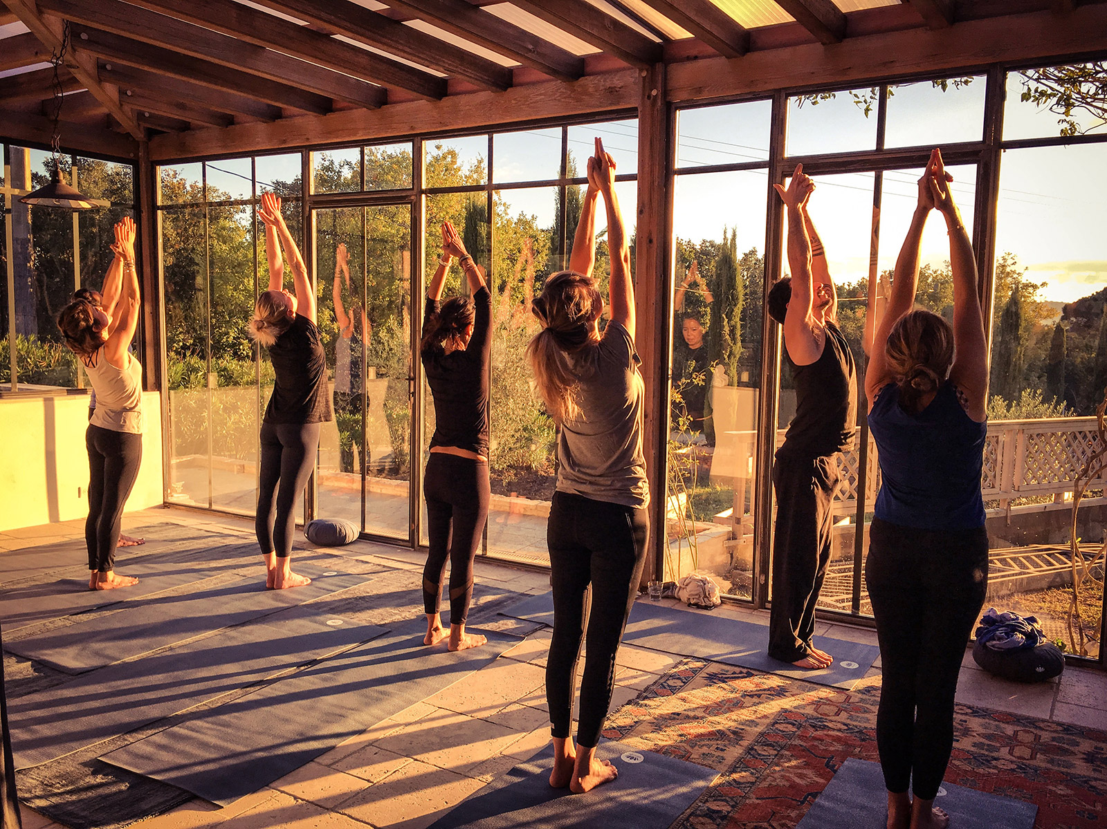 happy yoga retreat cover Les Retraites